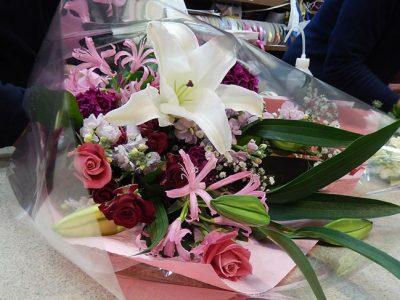 お祝の花束を手渡しさせていただきました